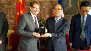 M. N. Mazzesi remet symboliquement les clés du château au représentant de la cité Tai Er Zhuang