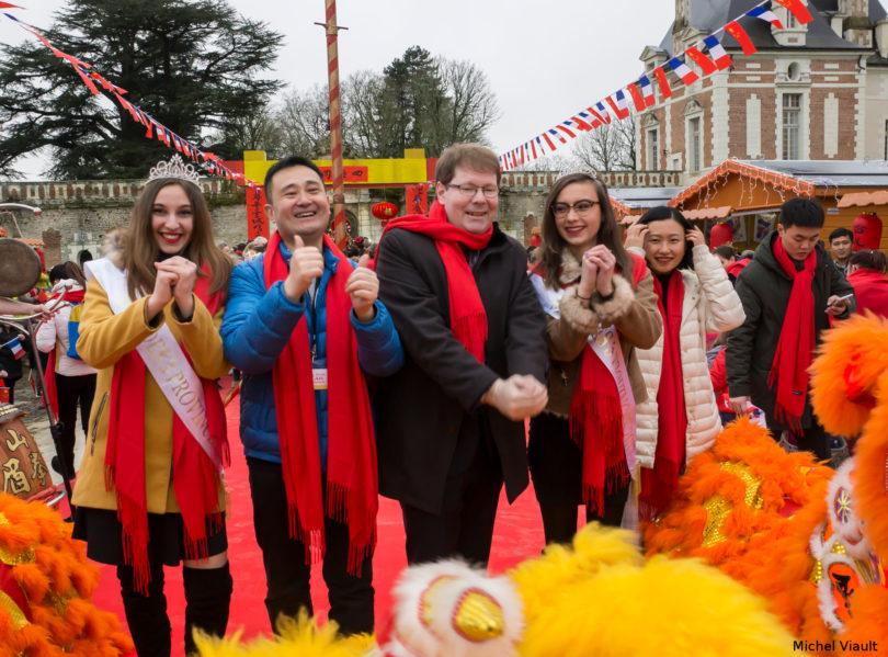 Le salut aux lions avant le départ du défilé. M. Nicolas Mazzesi entouré par les miss de notre territoire, un représentant venu de Chine, et la coordinatrice de l'événement pour le château. Images par M. Michel Viault..