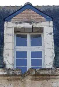 Une fenêtre et sa corniche au médiéval